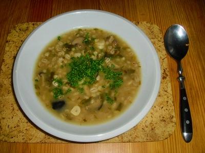 Zimní kroupová polévka s houbami