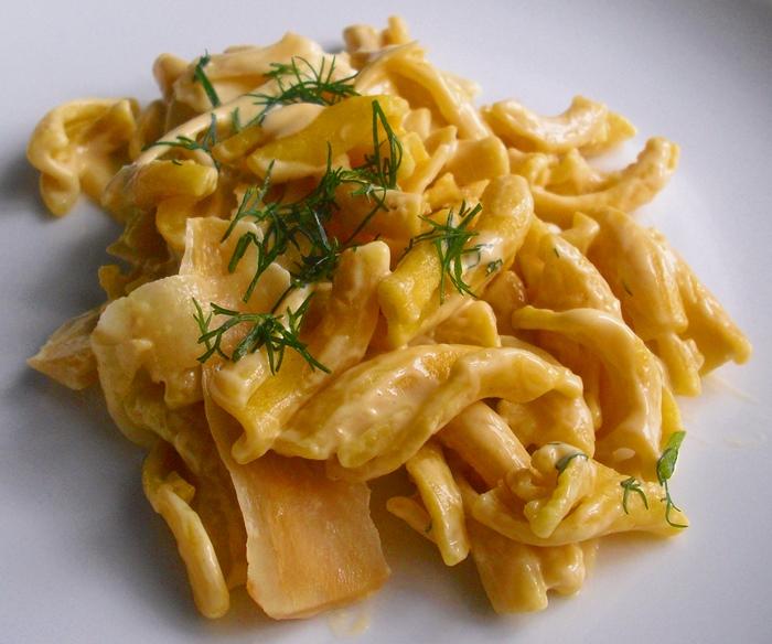 Amarantové těstoviny s petrželovými hoblinkami