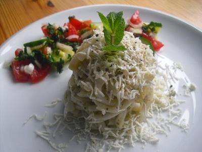 Makaronky s pestem, sypané strouhanou nivou a zeleninový salát