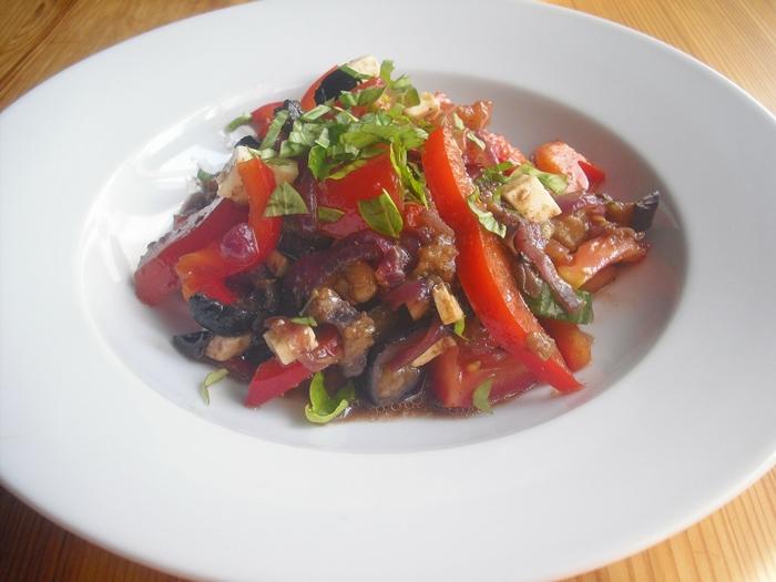 Osvěžující salát s lilkem, řeckými olivami a balkánským sýrem