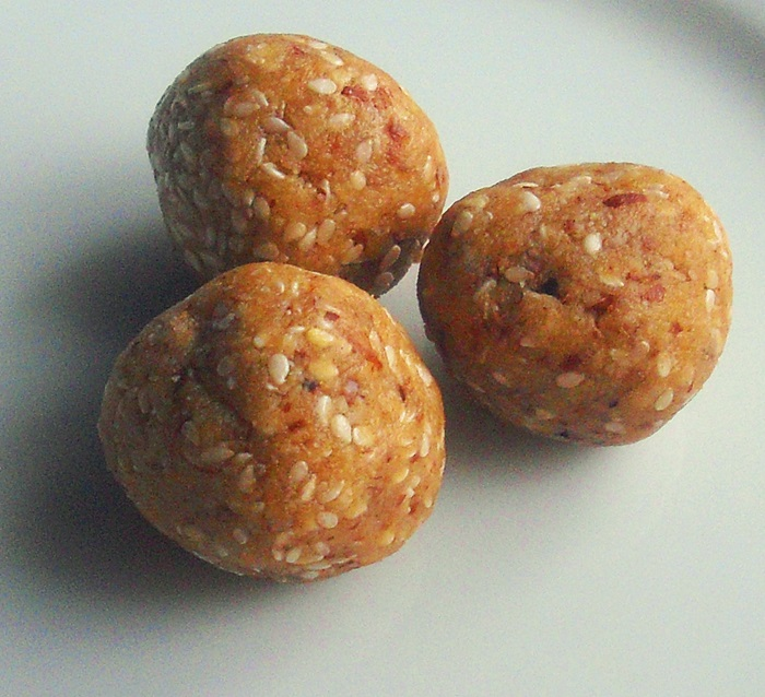 Raw mandlové kuličky s macou