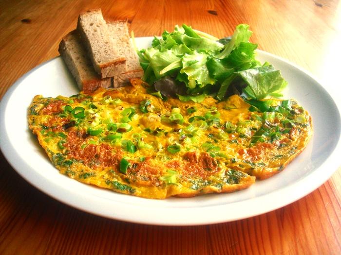 Letní omeleta s čerstvým koriandrem